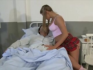 She takes feel interest of her boyfriend in a difficulty hospital with a blow job!